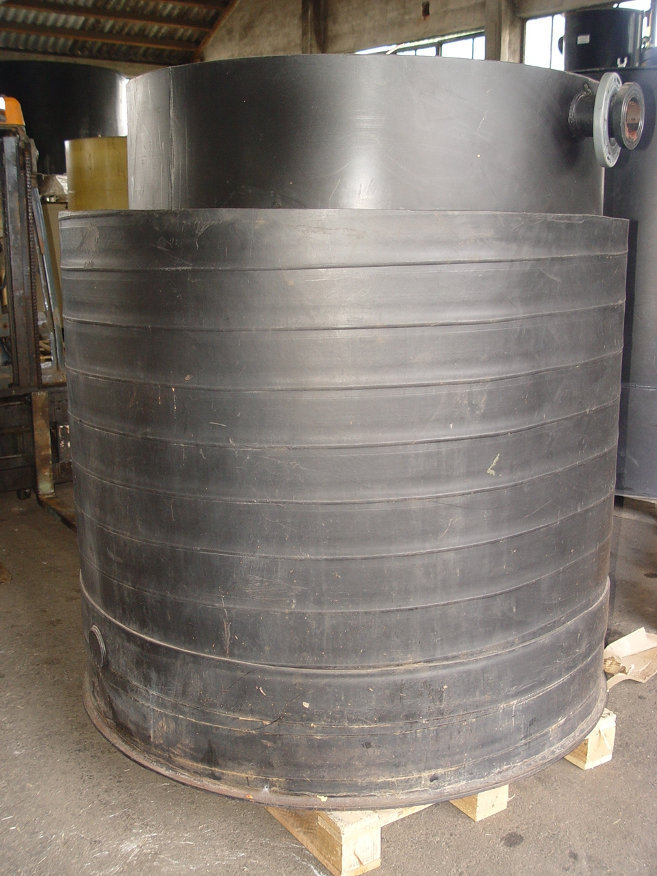details anzeigen - Behälter mit Auffangwanne / Rundbehälter / Chemikalienlagertank / Speicherbehälter