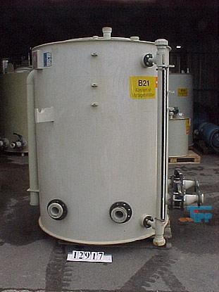 Speicherbehälter: In Speicherbehältern werden u.a. zur zwischenzeitlichen Lagerung flüssige Chemikalien aufbewahrt bis diese in Dosierstationen oder Behandlungsbehältern verwendet werden. Quelle: www.wasser-wissen.de   Tank (Behälter): Ein Tank ist ein Behälter zur Bevorratung bzw. Lagerung von Flüssigkeiten und kann fast beliebige Dimensionen annehmen.Meistens hat ein Tank die Form eines Quaders oder Zylinders mit oder ohne Kalotten. Man unterscheidet grob zwischen Festdach- und Schwimmdachtank, Bassin und geschlossenem Behälter. Ein Bassin ist ein nach oben offener Tank. Ein geschlossener Behälter kann auch bei Über- und Unterdruck benutzt werden. Bei einem zulässigem Überdruck von mehr als 0,5 bar greift die Druckgeräterichtlinie 97/23/EG, die die grundlegenden Sicherheitsanforderungen für das Inverkehrbringen enthält.Tanks werden für ungiftige Stoffe wie z. B. Wasser benötigt, für giftige Stoffe, Säuren und Laugen und für brennbare Flüssigkeiten wie Kraftstoffe und Öle aller Art sowie für Flüssiggase wie Propan und Butan. Tanks werden aus Kunststoff, Fiberglas oder Stahl sowie Eisenwerkstoffen hergestellt, sie werden einwandig oder zweiwandig ausgeführt. Es gibt standortgefertigte Tanks, die in ihrer Größe dem Lagerraum angepasst sind, und vorgefertigte Batterietanks, die je nach Bedarf aneinandergereiht werden können. Der Einsatz der Werkstoffe richtet sich nach der Art der Flüssigkeit und danach, ob der Tank unterirdisch oder oberirdisch gelagert wird. Quelle: www.wikipedia.org  Behälter: Ein Behälter ist ein Gegenstand, der in seinem Inneren einen Hohlraum aufweist, der insbesondere dem Zweck dient, seinen Inhalt von seiner Umwelt zu trennen. Ein Gefäß ist ein Gerät mit einer steifen und starren Hülle, die einen Inhalt unterschiedlicher Konsistenz fassen kann.  Die von der Norm getroffene Definition bedeutet, dass – im Unterschied zu beliebigen anderen Behältnissen – der Behälter gegenüber dem Medium, für das er konstruiert ist, dicht ist, und das ein Gefäß e